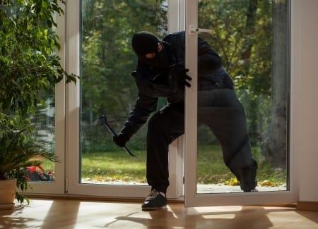 Ein Einbrecher verschafft sich in der Urlaubszeit Zugang zu einem Haus